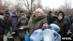 Жители Торецка (Донецкая область) в очереди за водой. Иллюстрационное фото