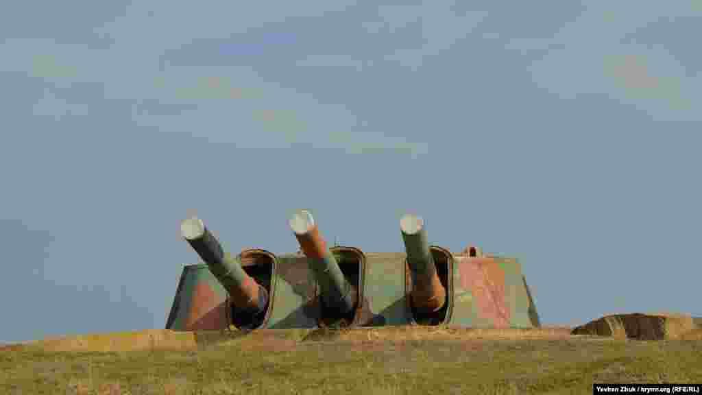 На момент вторгнення німецьких військ на територію СРСР бронебашенна батарея №30 була повністю готова до ведення бойових дій. З цього моменту починається її героїчна історія. На 22 червня 1941 року 30-а батарея входила до складу 1-го окремого артилерійського дивізіону Берегової оборони Головної бази Чорноморського флоту СРСР. Перші бойові постріли під час оборони Севастополя були виконані 1 листопада 1941 року по угрупованню німецьких військ у районі станції Альма (нині Поштове). За два місяці бойових дій «тридцятка» здійснила 1238 пострілів і це призвело до повного знесення гарматних стволів
