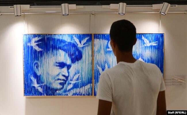 Партрэт Іслама Карымава на выставе ў Ташкенце