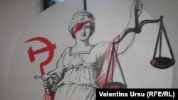 Caricatură despre justiţia în comunism. Muzeul de la Sighet