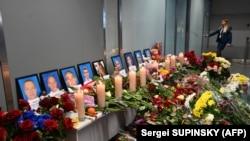 Портреты погибших членов экипажа украинского «Боинга» в киевском аэропорту
