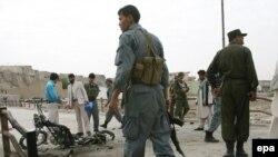 پولیس در حال بررسی ساحه انفجار بمب در ولایت غزنی. 17Aug2010