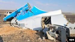«Когалымавиа» әуе компаниясының апатқа ұшыраған Airbus A-321 жолаушылар ұшағының бөлшегі. Синай түбегі, Египет, 31 қазан 2015 жыл.