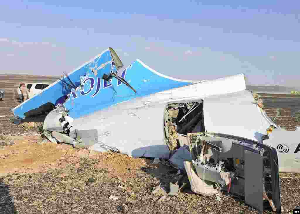 """Крушение самолета в Египте 31 октября над Синайским полуостровом разбился Airbus A-321 российской авиакомпании """"Когалымавиа"""".Погибли все 224 человека, находившиеся на борту. Сначала российские власти настаивали на версии технической неисправности лайнера, однако вскоре, после того, как авиасообщение Шарм-эш-Шейхом приостановила Великобритания, Россия признала наиболее вероятной версией случившегося теракт. Вскоре ответственность за взрыв на борту самолета взяло на себя запрещенное в РФ """"Исламское государство"""". Российские туристы были вывезены из Египта, турфирмам запретили продавать путевки в эту страну. Как именно взрывное устройство попало на борт А-321 – до сих пор неясно"""