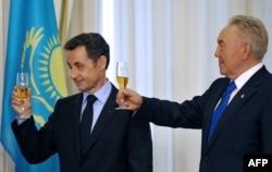 Президент Франции Николя Саркози и президент Казахстана Нурсултан Назарбаев поднимают тост в Астане. 6 октября 2009 года.