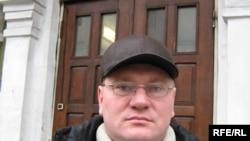 Алег Шабетнік перад будынкам суду