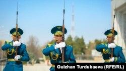 Улуттук гвардиянын ардак кароолу. Бишкек. Архивдик сүрөт.