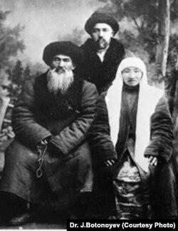 Боогачы Жакыпбек уулу, жубайы Асел жана Кемел Шабдан уулу (туруп турган) Оренбургда. 1929.