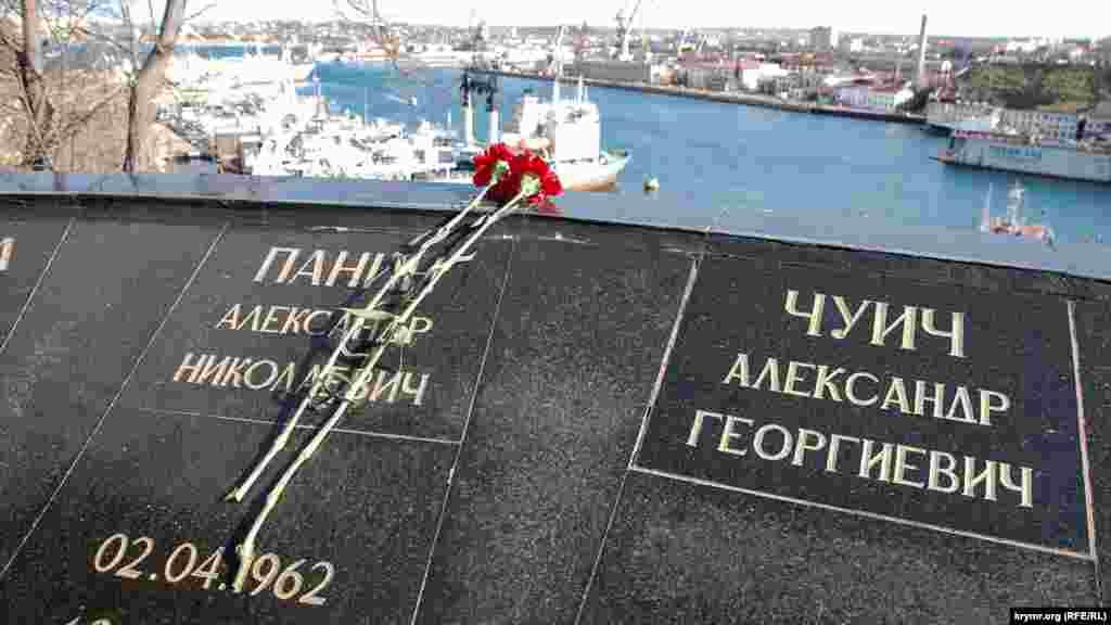 Цветы на мемориале погибшим воинам