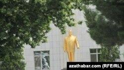 Aşgabatda Türkmenbaşynyň şahsyýet kulty