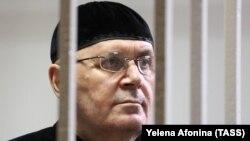 Чеченский правозащитник Оюб Титиев в зале суда