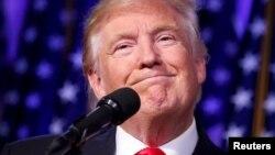 Избранный президент США Дональд Трамп выступает перед сторонниками после победы. Нью-Йорк, 9 ноября 2016 года.
