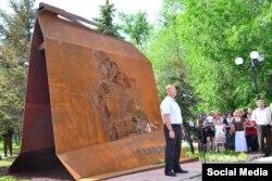 Так званий «мер» Луганська Маноліс Пілавов на відкритті пам'ятника жертвам «авіаудару» по ОДА. Окупований Луганськ, червень 2015 року. Фото МІА «Істок»