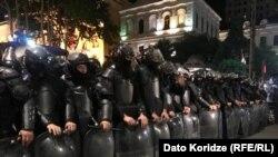 Тбилисиде парламент алдында шеп құрып тұрған полиция қызметкерлері. Грузия, 13 мамыр 2018 жыл.