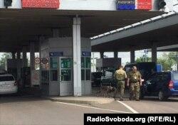 Прикордонники перевіряють автомобіль у пункті пропуску «Дорогуськ»