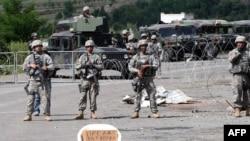 Солдати міжнародних сил KFOR на прикордонному пункті Яринє, 29 липня 2011 року