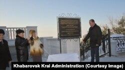 Открытие мемориальной доски по случаю визита Ким Чен Ира в Хабаровск