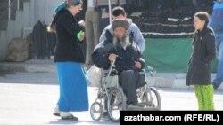 Türkmenistanda maýyp, ýagny hereket etmek mümkinçiligi çäkli adamlaryň biri