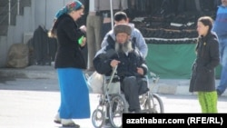 Türkmenistanda mümkinçiligi çäkli adam we onuň hossarlary. Arhiwden alnan surat