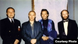 Владимир Путин и Владимир Киселев (в центре), начало 90-х