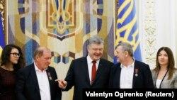 Ільмі Умеров і Ахтем Чийгоз під час зустрічі з президентом України Петром Порошенком. Київ, 27 жовтня 2017 року