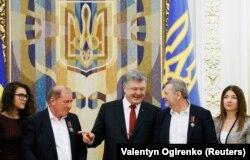 Ильми Умеров и Ахтем Чийгоз во время встречи с президентом Украины Петром Порошенко, 27 октября 2017 года