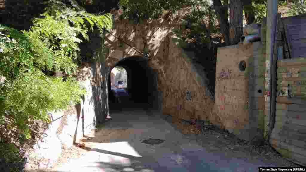 Під залізничними коліями влаштований тунель, що веде до бухти