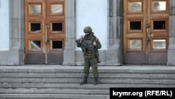 Російський військовий біля входу в будівлю кримського Радміну