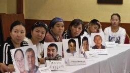 Люди с фотографиями своих родных, которые, по их словам, помещены под стражу в Синьцзяне, на пресс-конференции в офисе «Атажұрт еріктілері». Алматы, 12 сентября 2018 года.