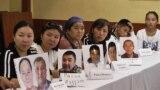 Группа женщин просит международные организации помочь с освобождением своих живущих в Китае родственников, которые, по их утверждению, помещены в Синьцзяне в «лагеря политического перевоспитания». Алматы, 14 сентября 2018 года.