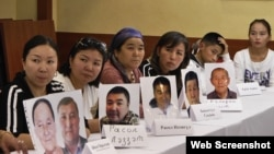 Казахи с фотографиями родственников, которые, по их утверждению, удерживаются под стражей в Китае. Алматы, 12 сентября 2018 года.