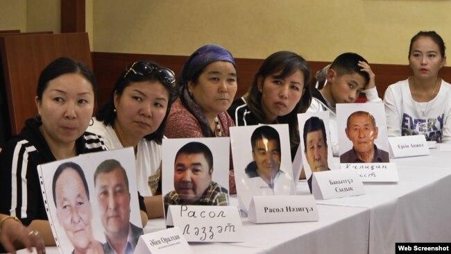 Этнические казахи, родственники которых оказались в заключении в Китае, обращаются к властям с просьбой вызволить их из-под стражи. Алматы, 12 сентября 2018 года.