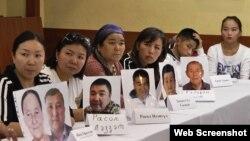 Родственники живущих в Синьцзяне казахов на пресс-конференции в Алматы заявили, что их близких удерживают под стражей в «лагерях политического перевоспитания» в Китае. 12 сентября 2018 года.