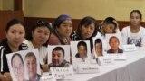 Этнические казахи с портретами живущих в Китае родственников, удерживаемых, по их словам, в «лагерях политического перевоспитания» в Синьцзяне.