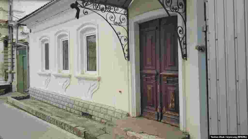 Паралельно вулиці Карла Лібкнехта від площі у Малахова кургану йде вулиця Матвія Вороніна, названа так 1975 року на честь першого секретаря Корабельного райкому партії, який загинув при обороні Севастополя в 1942 році. Тут збереглися кілька приватних будинків, побудованих багатими містянами до 1917 року