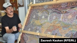 Художник Зейнелхан Мухамеджанулы, занимающийся созданием картин кесте. Алматы, апрель 2013 года.