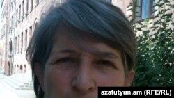 2001 թվականին զորամասում սպանված Արայիկ Ավետիսյանի մայրը` Անահիտ Մկրտչյանը Վերաքննիչ դատարանի շենքի մոտ: 5-ը օգոստոսի, 2011թ.