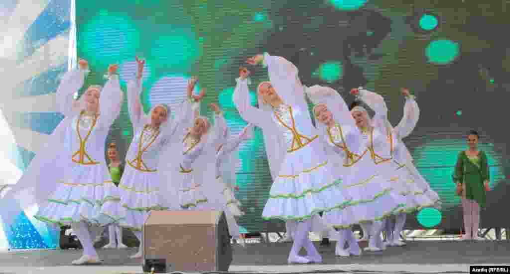 Уфаның Ленин мәйданындагы концертта биючеләр