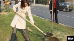 Министерката за внатрешни работи Гордана Јанкулоска засади дрвце во Скопје.