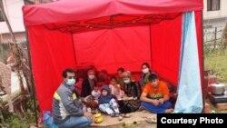 Джурахон Маматов вместе с семьей в палатке, Катманду, 28 апреля 2015 года.