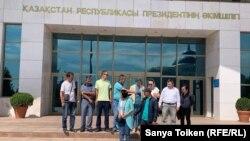 Группа членов незарегистрированного движения «Атажұрт еріктілері» у здания администрации президента Казахстана. Нур-Султан, 12 июля 2019 года.
