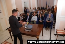 Сергій Жадан під час зустрічі з читачами у Римі в посольстві України в Італії, 13 травня 2018 року