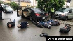 """""""10 adam ýaraglary bilen tussag edildi"""" diýip, Kiýew sebitiniň polisiýasynyň wekili aýtdy."""