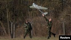 Беларус чегарачилари Польша билан чегара ҳудудида пилотсиз бошқариладиган учувчи аппаратни ишга туширишмоқда.