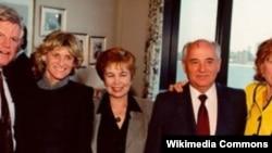 Раиса и Михаил Горбачевы (справа).