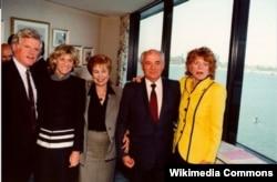 Эдвард Кеннеди, его сестра дипломат Джин Кеннеди-Смит, Раиса Горбачева, Михаил Горбачев, еще одна сестра сенатора Патриша Кеннеди-Лоуфорд