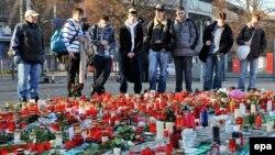 Фанаты вратаря футбольной сборной ФРГ Роберта Энке перед стадионом в Ганновере, где состоялась церемония прощания с погибшим. Проститься с Энке пришли 45 тысяч человек.