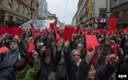 Тисячі чехів підняли символічні «червоні картки» президентові Чехії Мілошеві Земану. Акція протесту в день 25-ї річниці початку Оксамитової революції проти проросійської позиції Земана. Прага, 17 листопада 2014 року