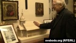 Айцец Аляксандар Надсан паказвае макет будучай царквы. Архіўнае фота. Лёндан, 1 лютага 2014 году