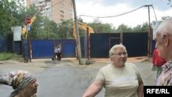 Жильцам домов на улице маршала Бирюзова остается лишь разводить руками: стройка идет полным ходои